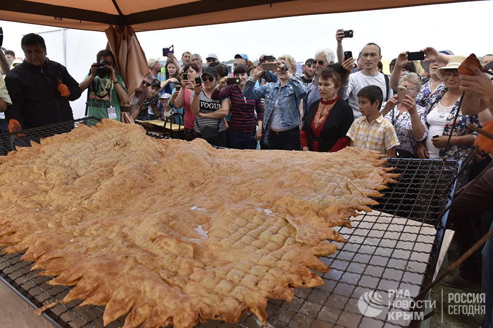 В рамках крымско-татарского праздника Хыдырлез в Крыму испекли самый большой мире чебурек
