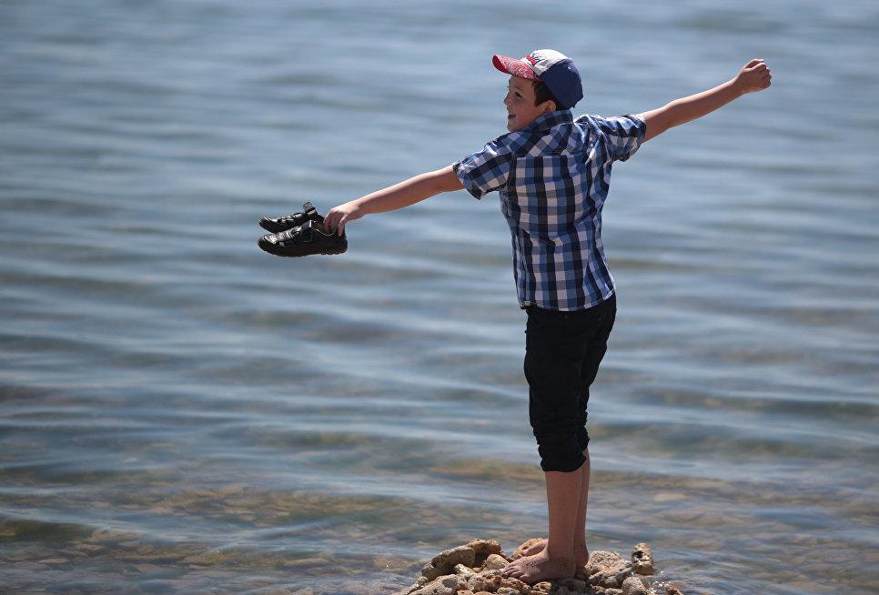 Мальчик на пляже в Евпатории
