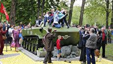 Торжественное открытие боевой машины десанта (БМД-1), которая стала частью мемориального комплекса Честь, доблесть и слава в гагаринском парке Симферополя