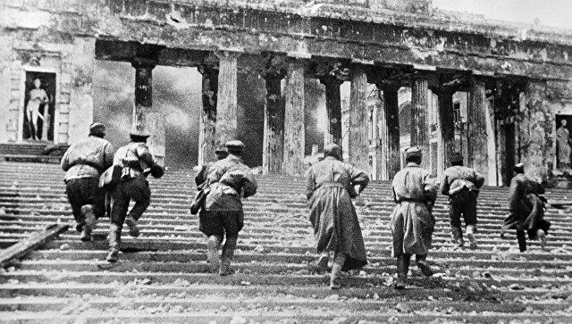 Советские автоматчики во время уличных боев в районе Графской пристани