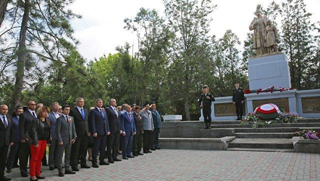 Церемония возложения цветов на Военном мемориальном кладбище по улице Старозенитная в Симферополе