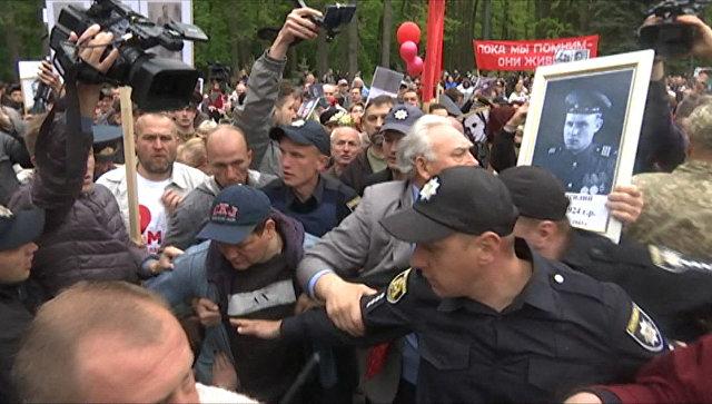 Полиция в Харькове разнимала дерущихся на акции Бессмертный полк