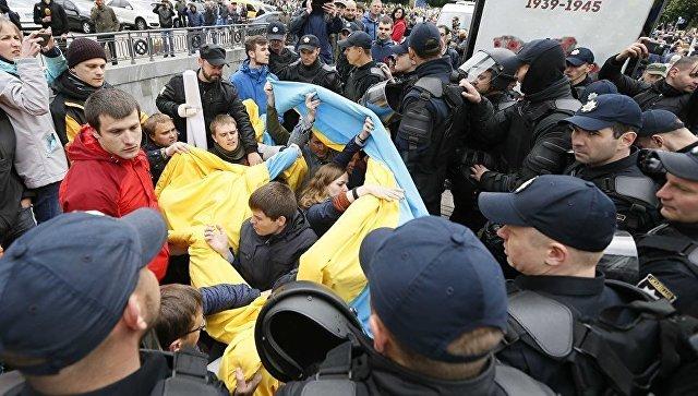 Сотрудники ОМОНа блокируют людей, пытающихся сорвать акцию Бессмертный полк в Киеве