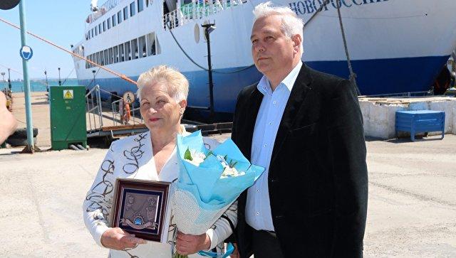 Генеральный директор ООО Морская дирекция Сергей Якушев и Надежда Пученкина, ставшая миллионным пассажиром Керченской паромной переправы в 2017 году