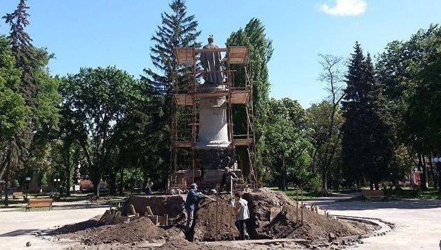 Работы по реконструкции постамента памятнику Богдану Хмельницкому в Чернигове, Украина