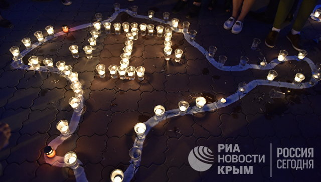 Памятная акция Зажги огонь в своем сердце на площади им. Ленина в Симферополе
