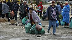 Несанкционированные торговцы пытаются унести свой товар во время рейда по борьбе со стихийщиками в Симферополе