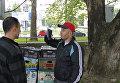 Стихийщик снимает на камеру мобильного телефона сотрудника рейда по несанкционированной торговле в Симферополе