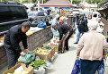 Торговцы собирают свой товар во время рейда по несанкционированной торговле в Симферополе