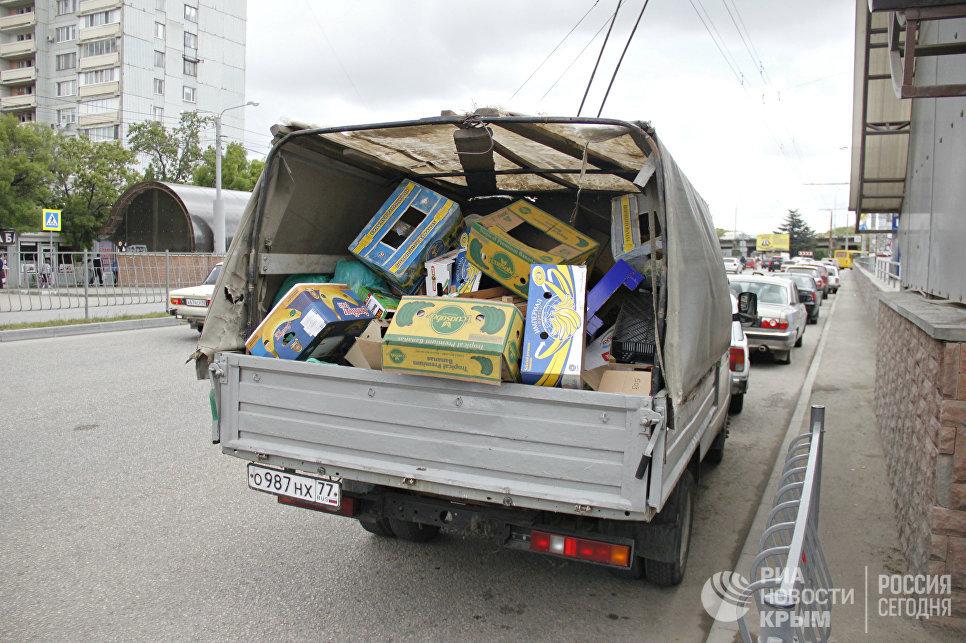 Изъятый у стихийщиков товар во время проведения рейда по несанкционированной торговле в Симферополе