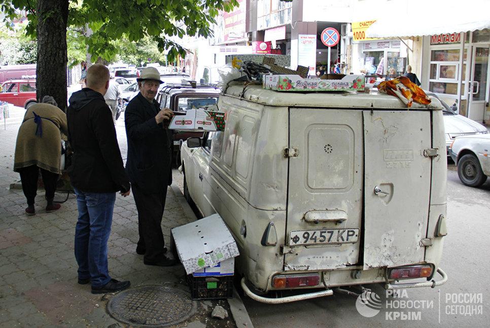 Торговец пытается реализовать товар с машины