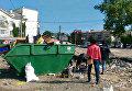 Стихийщики достают свой товар из мусорных баков после рейда по несанкционированной торговле в Симферополе