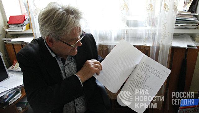 Директор коктебельской школы №1 Сергей Жирадков показывает накладную на проведение интернета в кабинеты