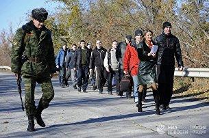 Военнопленные во время процедуры обмена между Луганской и Донецкой народными республиками и Киевом по формуле 9 на 11 у города Счастье Луганской области. Архивное фото