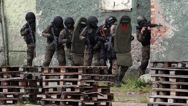 Сотрудники ФСБ отрабатывают действия по освобождению захваченного террористами здания в ходе антитеррористических учений в морском порту Калининграда
