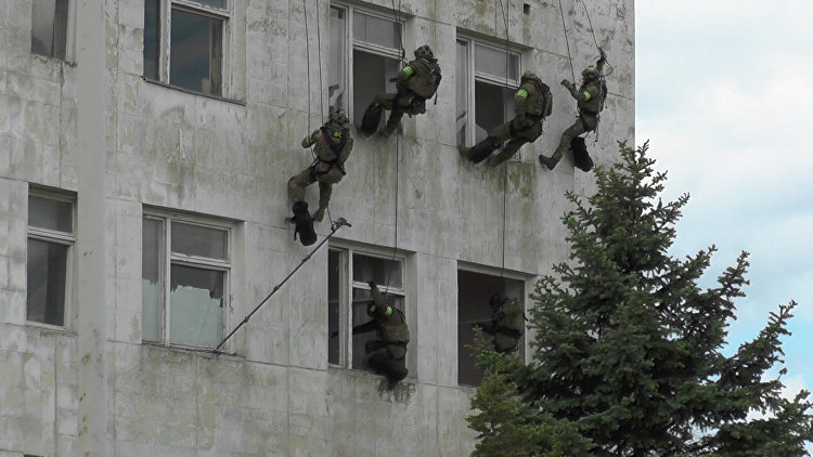 Спецназ ФСБ отрабатывает в Крыму антитеррористические навыки. Съемка с учений