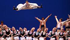 Артисты Государственного академического ансамбля народного танца имени Игоря Моисеева исполняют украинский танец Гопак