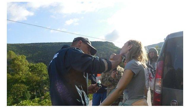ВКрыму москвичка-экстремалка зацепилась парашютом заскалу