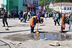 Уборка мусора на площади перед Центральным рынком Симферополя