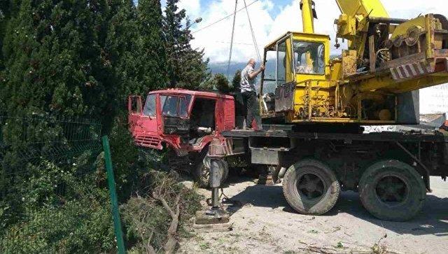 Под Ялтой грузовой автомобиль сбил женщину с 2-мя детьми