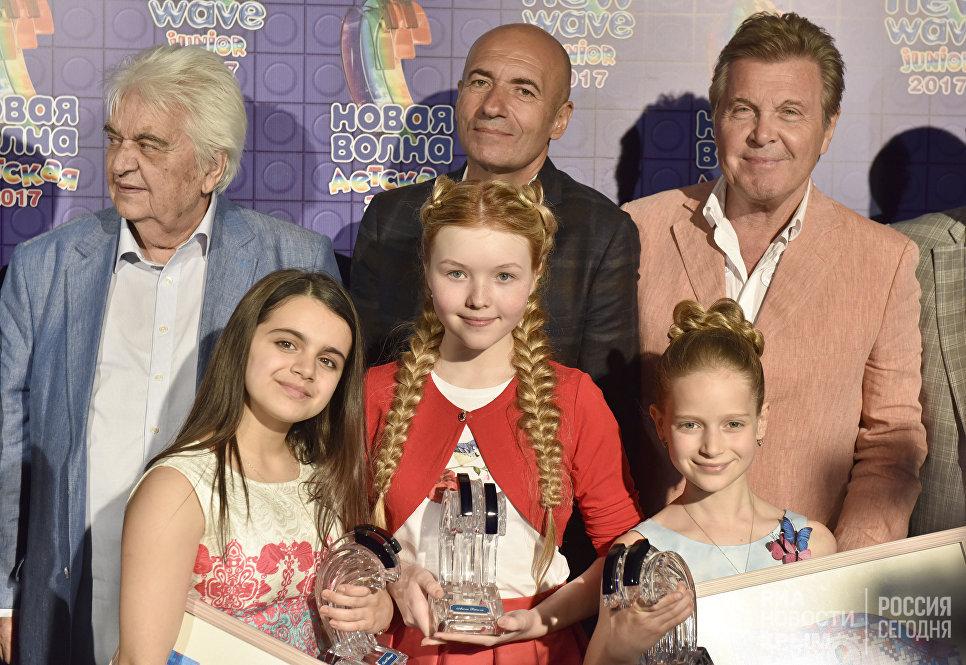 Участницы международного конкурса молодых исполнителей популярной музыки Детская Новая волна Анаит Адамян (слева), Арина Петрова (в центре) и Тали Купер (справа)