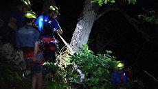 Спасатели при помощи альпинистского снаряжения спустили с горы туристов