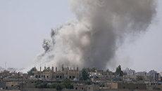 Дым над юго-восточной окраиной Ракки, Сирия. 7 июня 2017 года