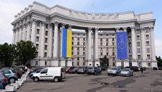 Здание МИДа Украины с национальным флагом Украины и флагом Евросоюза на фасаде. Архивное фото