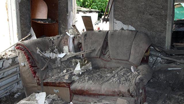 Повреждения в жилом доме, полученные в результате артиллерийского обстрела Куйбышевского района Донецка.