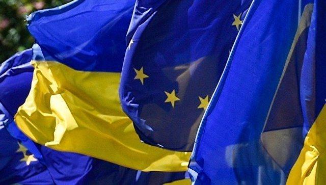 Флаги Украины и Евросоюза на церемонии по случаю введения безвизового режима между Украиной и ЕС