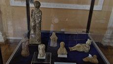 Артефакты на полках музея. Архивное фото