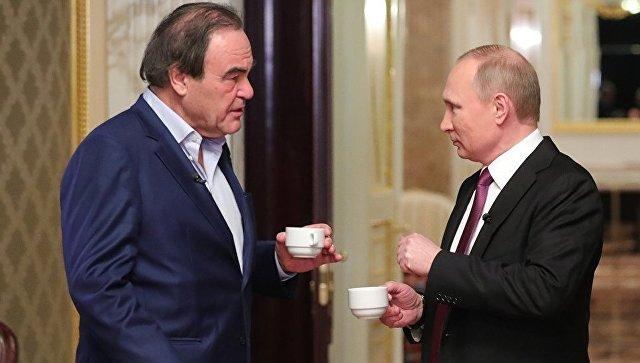 Президент РФ Владимир Путин и американский режиссер Оливер Стоун во время интервью