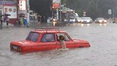В Симферополе машины утонули в результате ливня