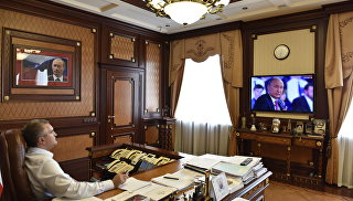 Глава Республики Крым Сергей Аксенов в своем кабинете смотрит прямую линию с президентом РФ Владимиром Путиным
