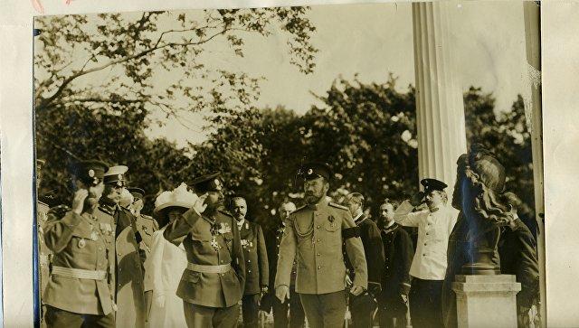 Фото посещения императором Николаем II Царской юбилейной выставки. Экспонат с выставки Древлехранилища (музея) памяти семьи императора Николая II