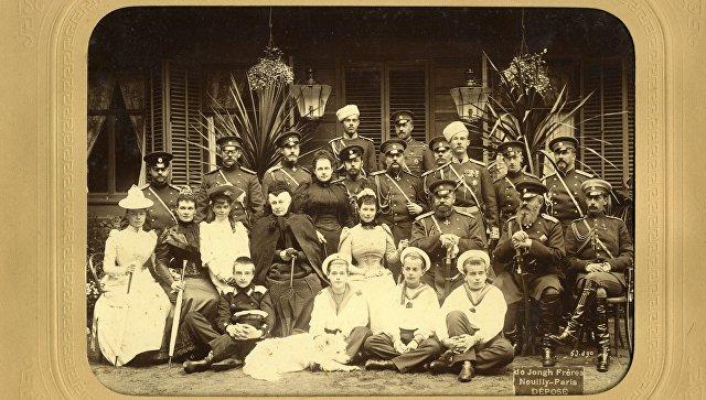 Фото, сделанное с празднования серебряной свадьбы Александра III, которую семья отмечала в Ливадии