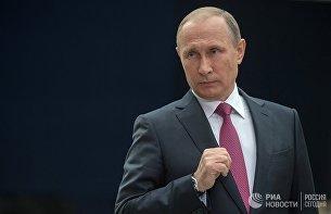 Президент РФ Владимир Путин отвечает на вопросы журналистов после ежегодной Прямой линии в Гостином дворе. 15 июня 2017
