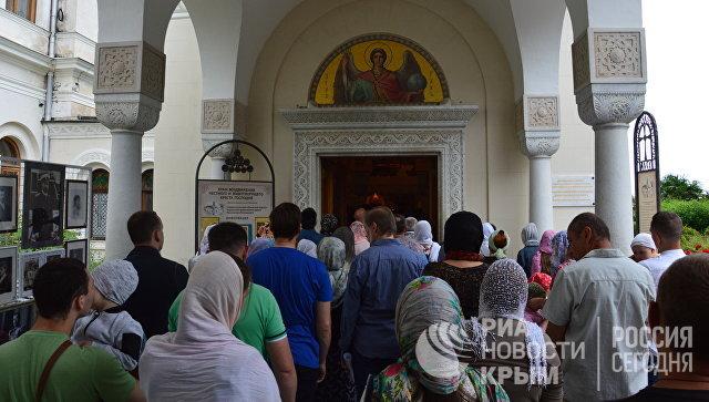 Очередь в Крестовоздвиженскую дворцовую церковь, где торжественно открыли древлехранилище (музей) памяти семьи российского императора Николая II