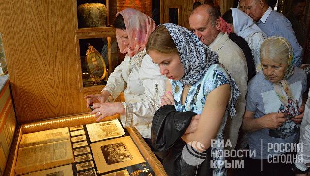 Посетители открытия древлехранилища памяти семьи императора Николая II в Крестовоздвиженской дворцовой церкви в Ливадии