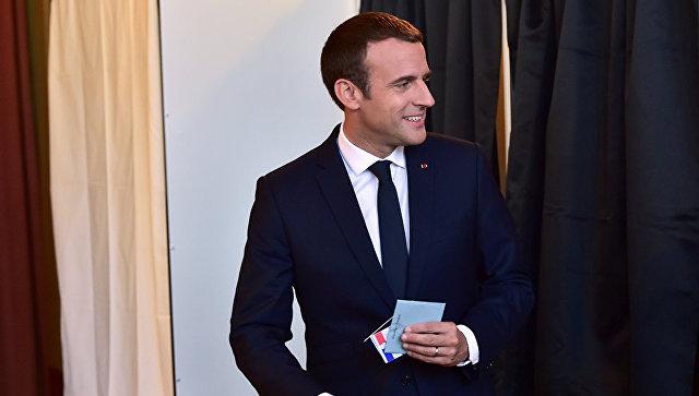 Президент Франции Эммануэль Макрон на избирательном участке на парламентских выборах второго тура во Франции. 18 июня 2017