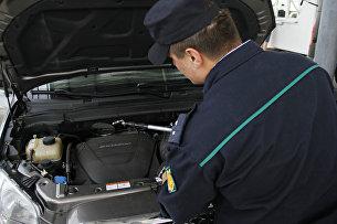 Досмотр автомобиля в таможенной зоне пункта пропуска на границе России и Украины