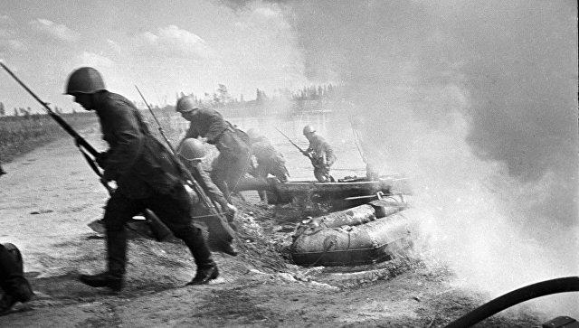 Советские солдаты форсируют водный рубеж