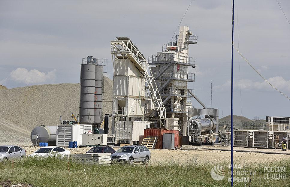 Асфальтобетонный завод, который запустили на строительстве автоподходов к мосту через Керченский пролив