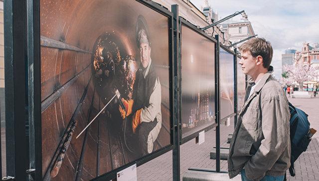 На Старом Арбате в Москве открылась фотовыставка про Крымский мост