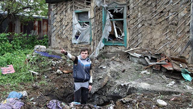 Житель Донбасса демонстрирует последствия обстрела со стороны украинских силовиков. Архивное фото