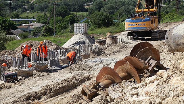 Работы наоползневом участке дороги  под Севастополем вКрыму идут пографику