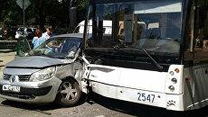 ДТП с участием автомобиля Renault и троллейбуса в Симферополе
