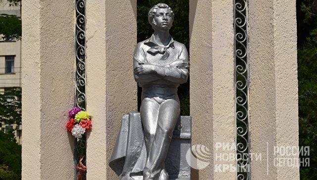 Памятник Александру Пушкину на набережной Керчи
