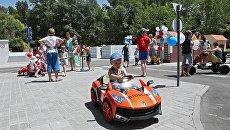 Дети на торжественном открытии автогородка Дети - дорога - безопасность в Симферополе