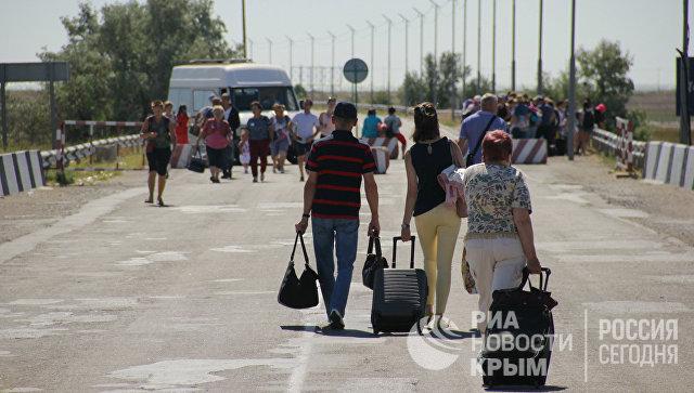 Люди с багажом на границе России и Украины